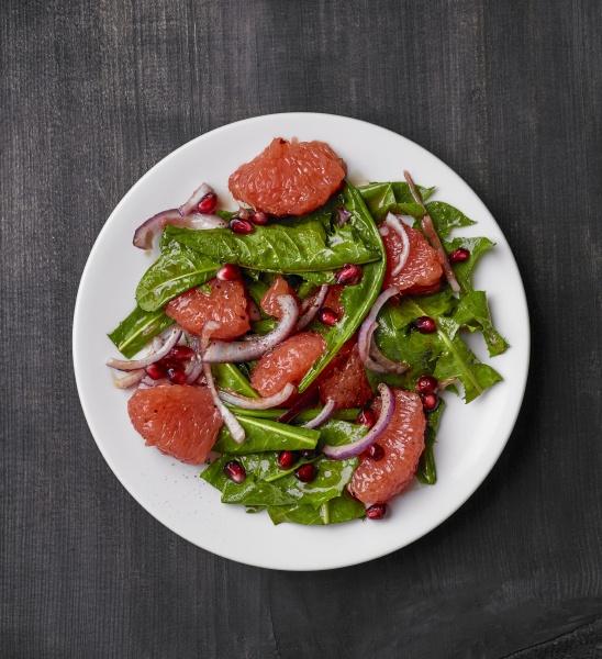 loewenzahnsalat mit grapefruit roten zwiebeln und