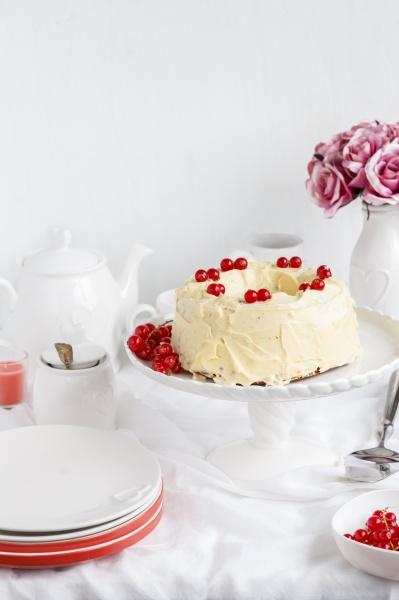 schokoladenkuchen mit buttercreme und johannisbeeren