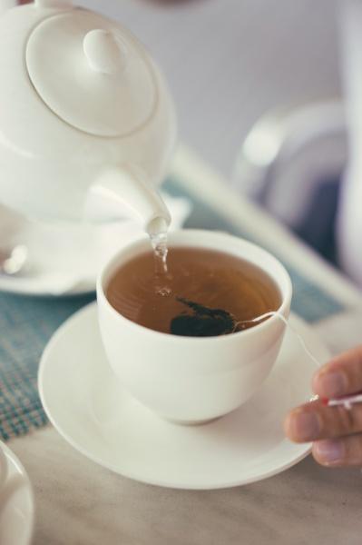 tee in eine tasse giessen