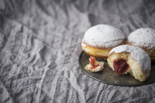 traditionelle polnische donuts gefuellt mit marmelade