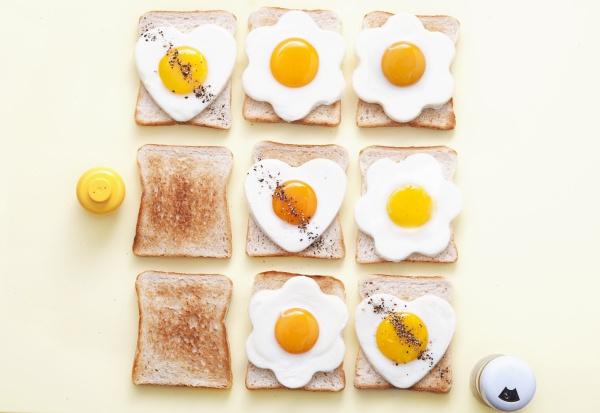 toastscheiben mit gebratenen eiern