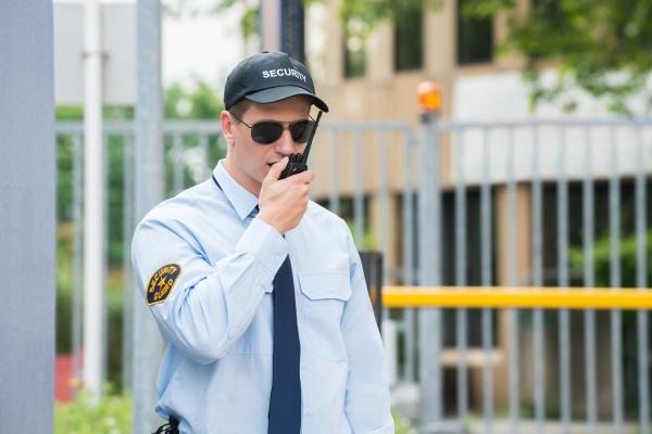 security guard gespraech ueber walkie talkie