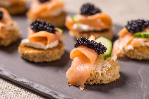 raeucherlachs canapes mit sauerrahm und kaviar