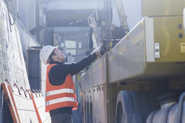 fabrikarbeiter der ausruestung in der betonbewehrungsfabrik