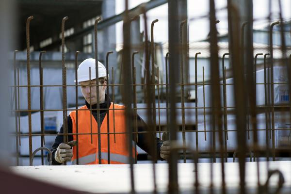 fabrikarbeiter entscheidet sich fuer drahtgeflecht in