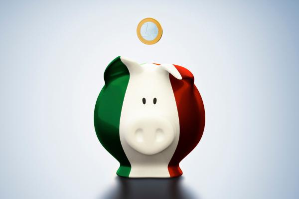 euro muenze ueber italienischer flagge sparschwein