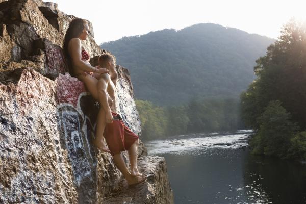 junges paar auf dem felsvorsprung stehend
