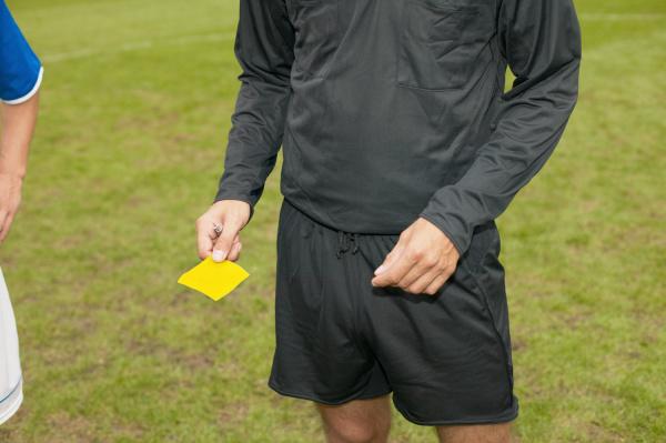 schiedsrichter der gelbe karte gibt