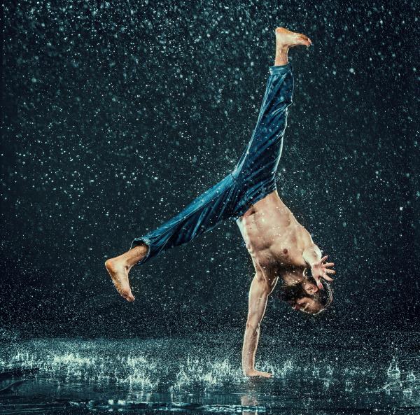 der maennliche breakdancer in wasser