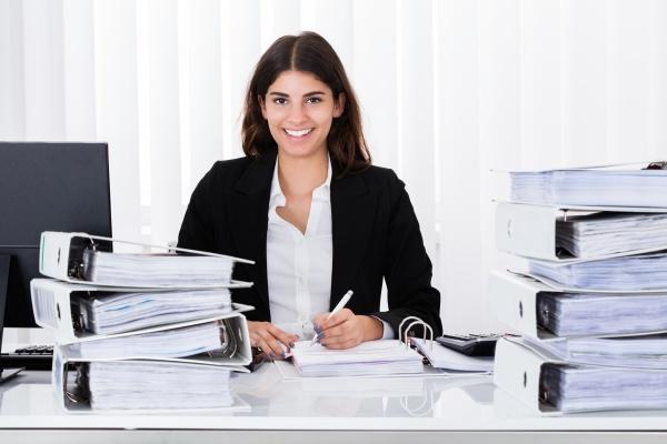 unternehmerin auf business document