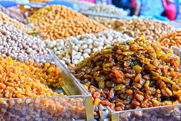 getrocknetes essen auf dem arabischen strassenmarktstand