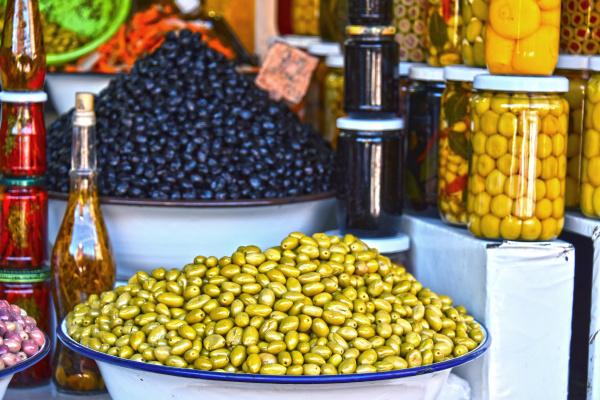 verschiedene oliven auf dem arabischen strassenmarktstand