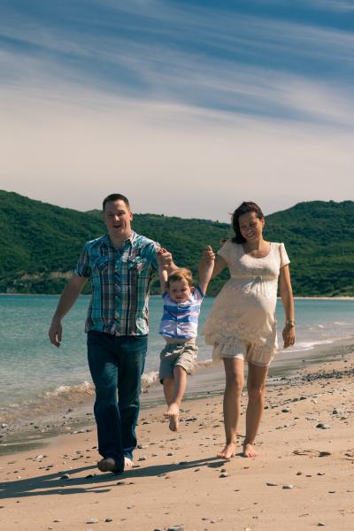 glueckliche familie springen und wandern an