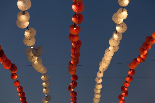 lichter und dekoration im vergnuegungspark ueber