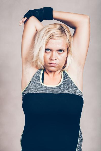ernsthafte sportliche fitness frau strecken arme