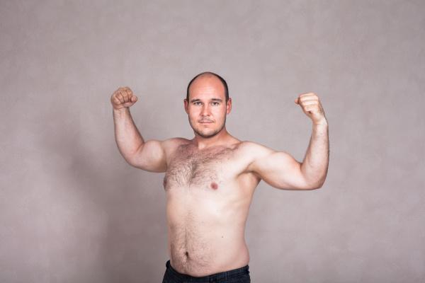 abgeschaltloser mann zeigt seine starken arme