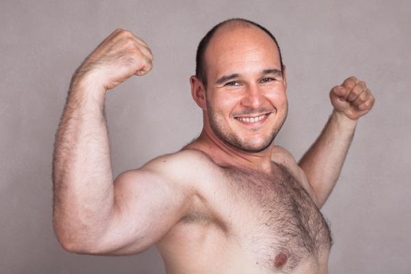 nahaufnahme des gluecklichen nackten mannes der