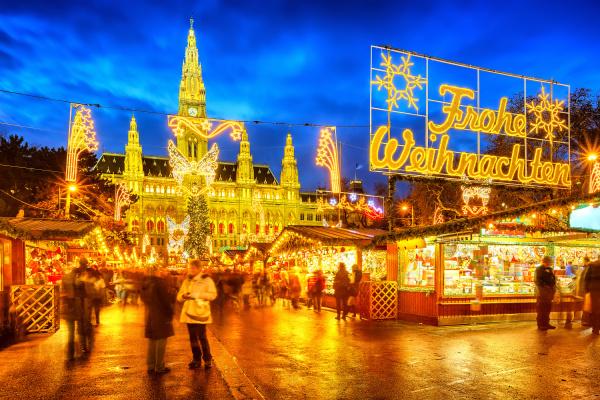weihnachtsmarkt mit frohe weihnachten zeichen in