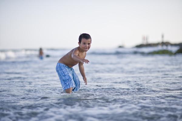 junge versucht zu surfen