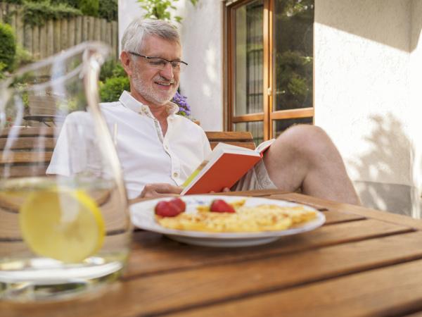 oberer mann sitzt auf der terrasse