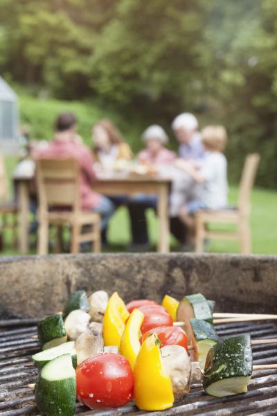 gemuesespiesse auf barbecue grill mit familie