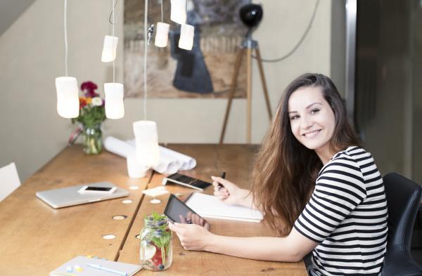 portrait einer jungen frau mit digitalen