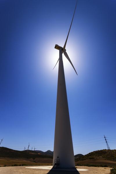 spanien andalusien windkraftanlage gegen die sonne