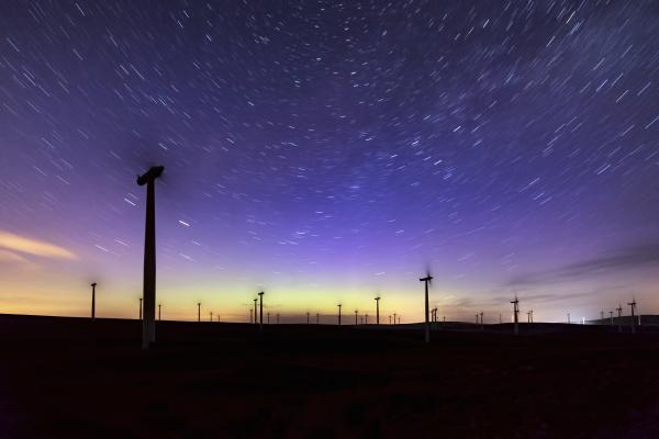 nacht nachtzeit nachthimmel lila windenergie windrad