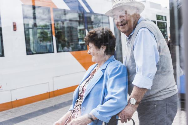 deutschland mannheim glueckliches ehepaar mit radwanderer