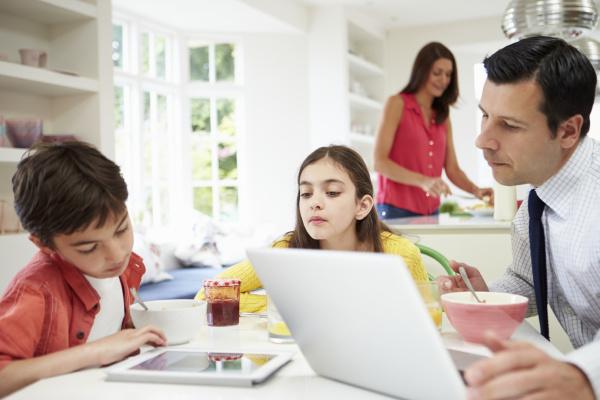 familie unter verwendung des digital devices