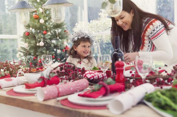 mutter und tochter einstellung weihnachten tisch