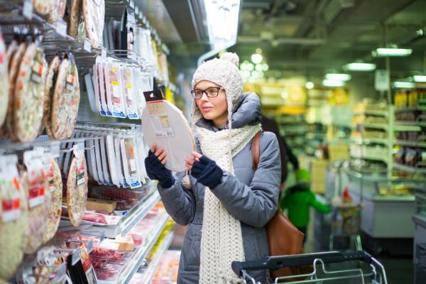 frau einkaufen shoppen shopping supermarkt lagern