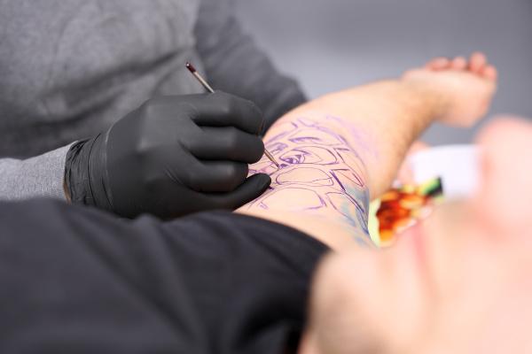 erstellen sie eine taetowierung im tattoo