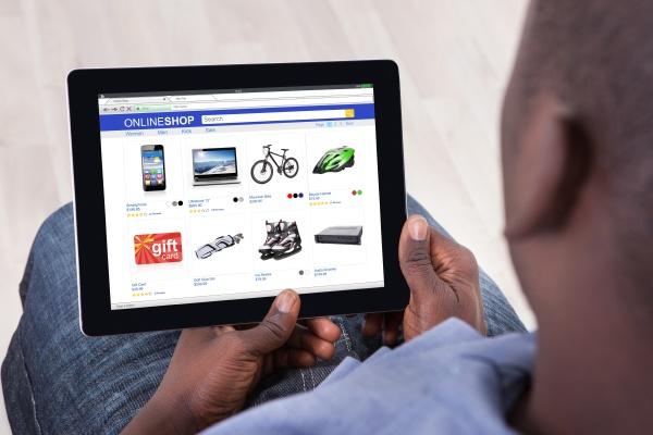 afrikanische person sitzt mit tablet pc