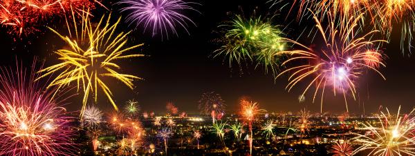 stimmungsvolles feuerwerk zu neujahr ueber der