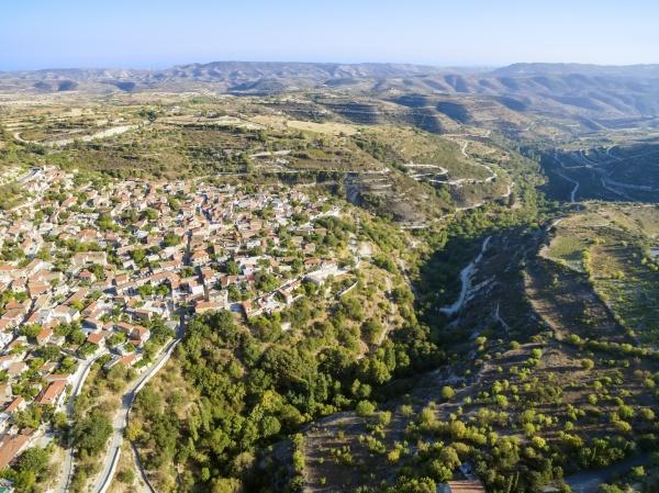luftaufnahme von arsos dorf limassol zypern