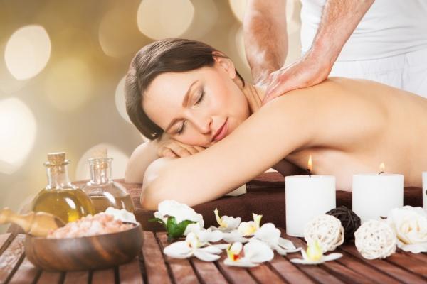 entspannt frau erhalten schulter massage