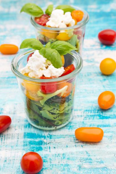 glaeser blattsalat mit ziegenfrischkaese und tomaten