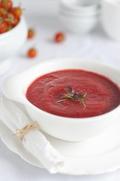 tomaten und rote bete suppe mit