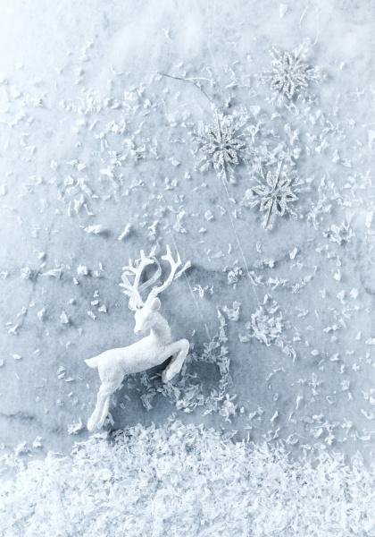 weisse und silberne weihnachtsdekorationen auf marmorhintergrund