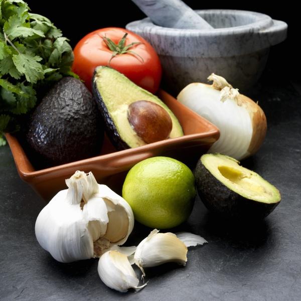 zutaten fuer guacamole avocado zwiebel