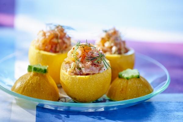 gelbe zucchini mit lachsfuellung