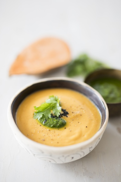 vegane suesskartoffelsuppe mit sojacreme und korianderpesto