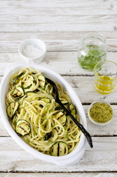 spaghetti mit gegrillten zucchini und pistazien