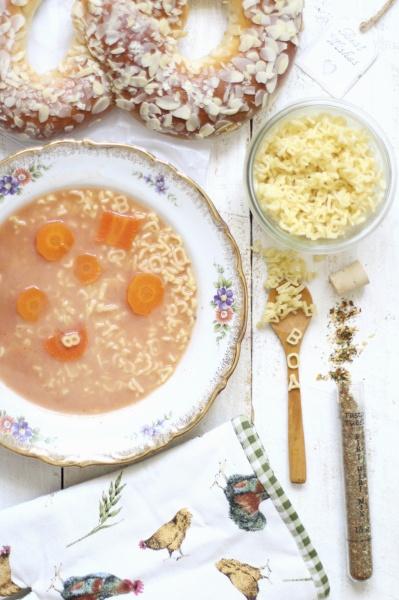 gesiebtes tomatensuppe mit buchstabennudeln