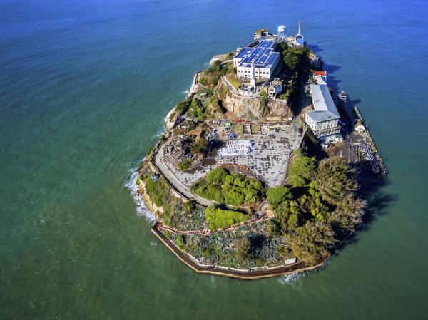 luftaufnahme der gefaengnisinsel alcatraz in der