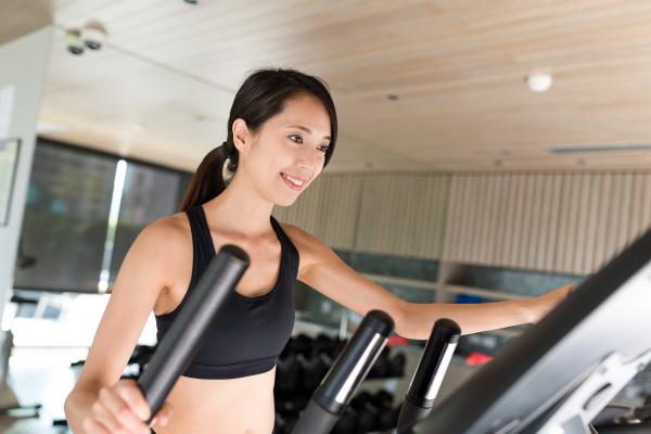 sport frau ausbildung mit elliptische maschine