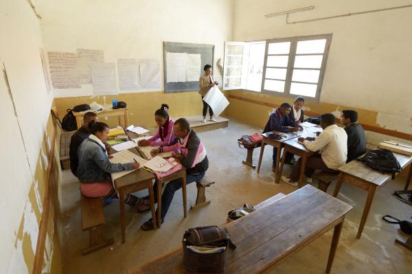 madagaskar, fianarantsoa, jugendliche, die, an, einer, lehrerausbildung, teilnehmen - 21047129