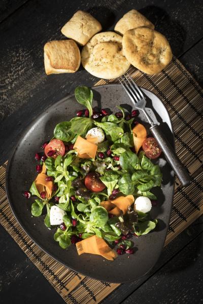 salatschuessel mit feldsalat karotten tomaten mozzarella