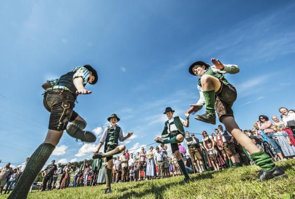 OEsterreich irdning boys in traditioneller kleidung